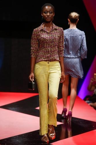26 fev. 2013 - As calças coloridas estão em alta e ganham ar retrô dos anos 1970, quando usadas com camisa estampada, como no look da Tricomix