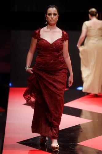 26 fev. 2013 - O desfile da loja Sônia Baek Plus no Mega Polo Moda mostrou vestidos longos para mulheres que usam numeração maior