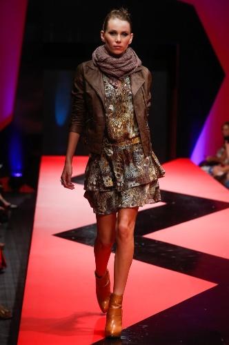 26 fev. 2013 - O vestidinho estampado usado com jaqueta de couro e cachecol, criou um look jovem no desfile da Skai