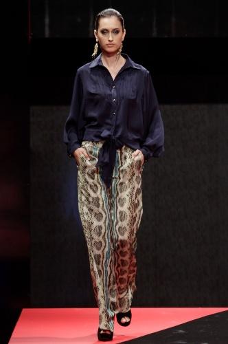 """26 fev. 2013 - Quem é fã do estilo de Heloísa (Giovanna Antonelli), da novela """"Salve Jorge"""", pode se inspirar e apostar no look com calça estampada e camisa da Capuccino, que é a cara da personagem"""