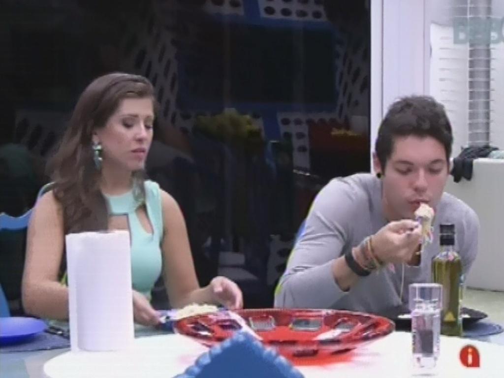 26.fev.2013 - Andressa e Nasser jantam antes da eliminação desta terça