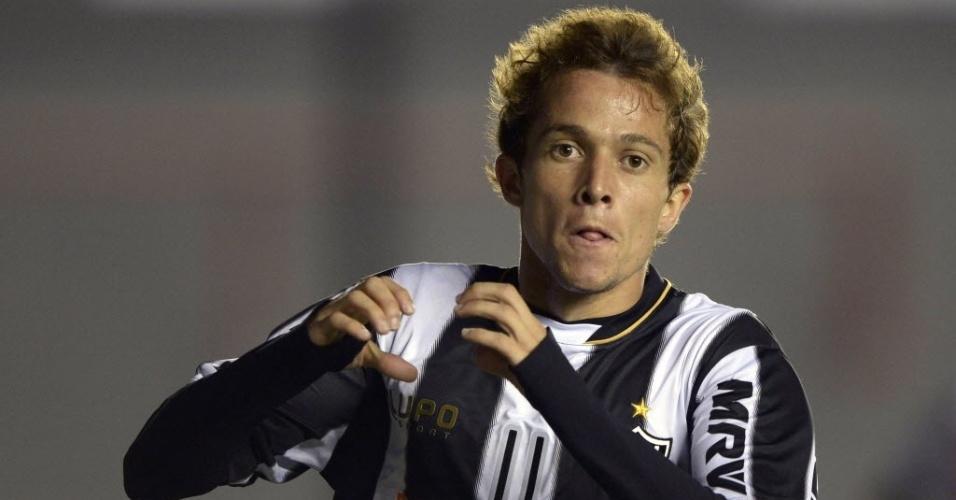 26.fev.2013 - Bernard faz o gol de empate do Atlético-MG contra o Arsenal Sarandí, em Buenos Aires, aos 7 minutos do primeiro tempo. A equipe mineira levou um gol com apenas um minuto de jogo