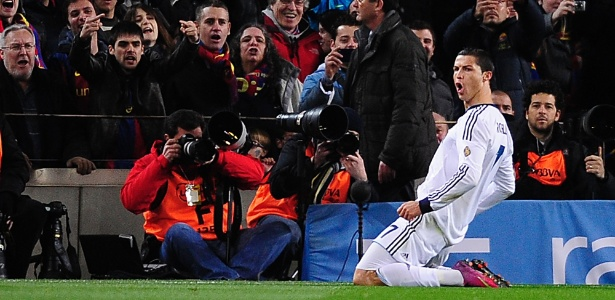 Cristiano Ronaldo se ajoelha para comemorar o primeiro de seus dois gols na partida