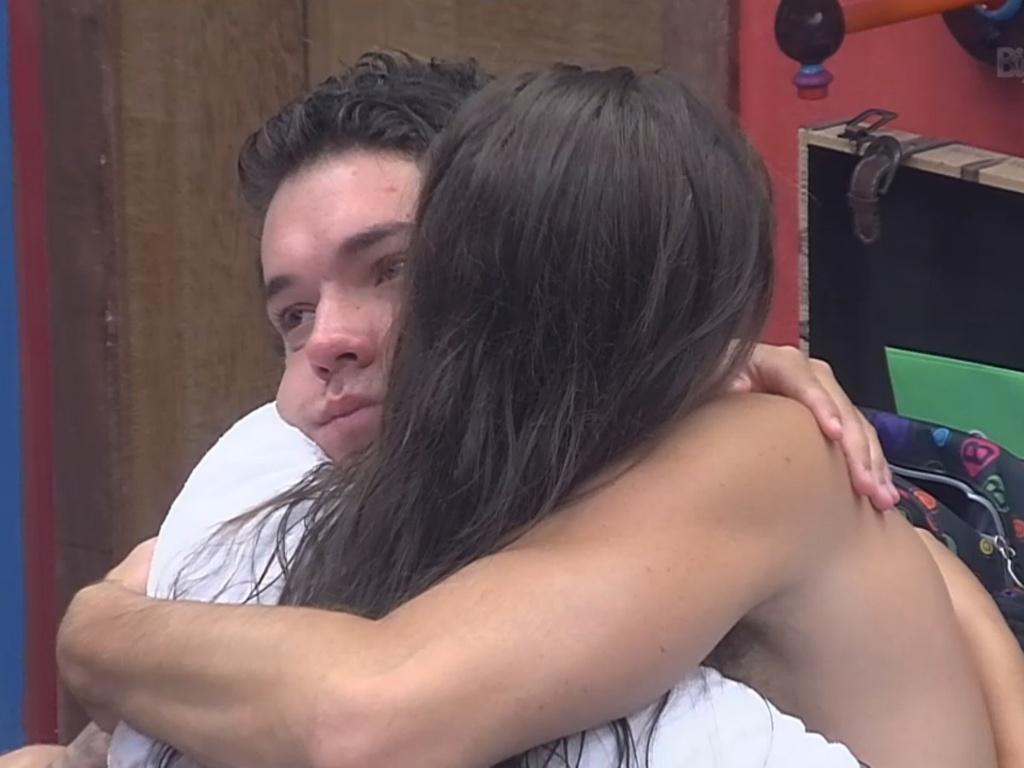 26.fev.2013 - Depois de discussão, Nasser e Andressa se abraçam e fazem as pazes