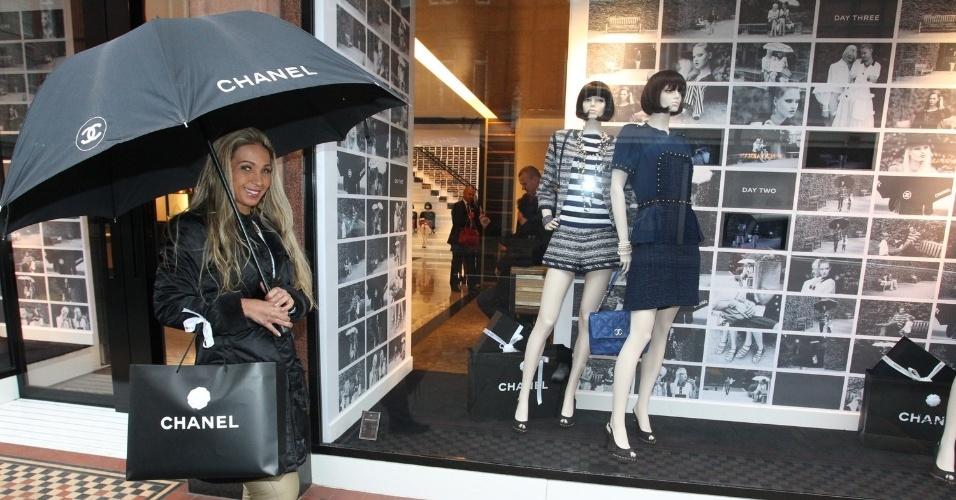 26.fev.2013 - Em turnê pela Europa, Valesca Popozuda fez compras em Londres, Inglaterra