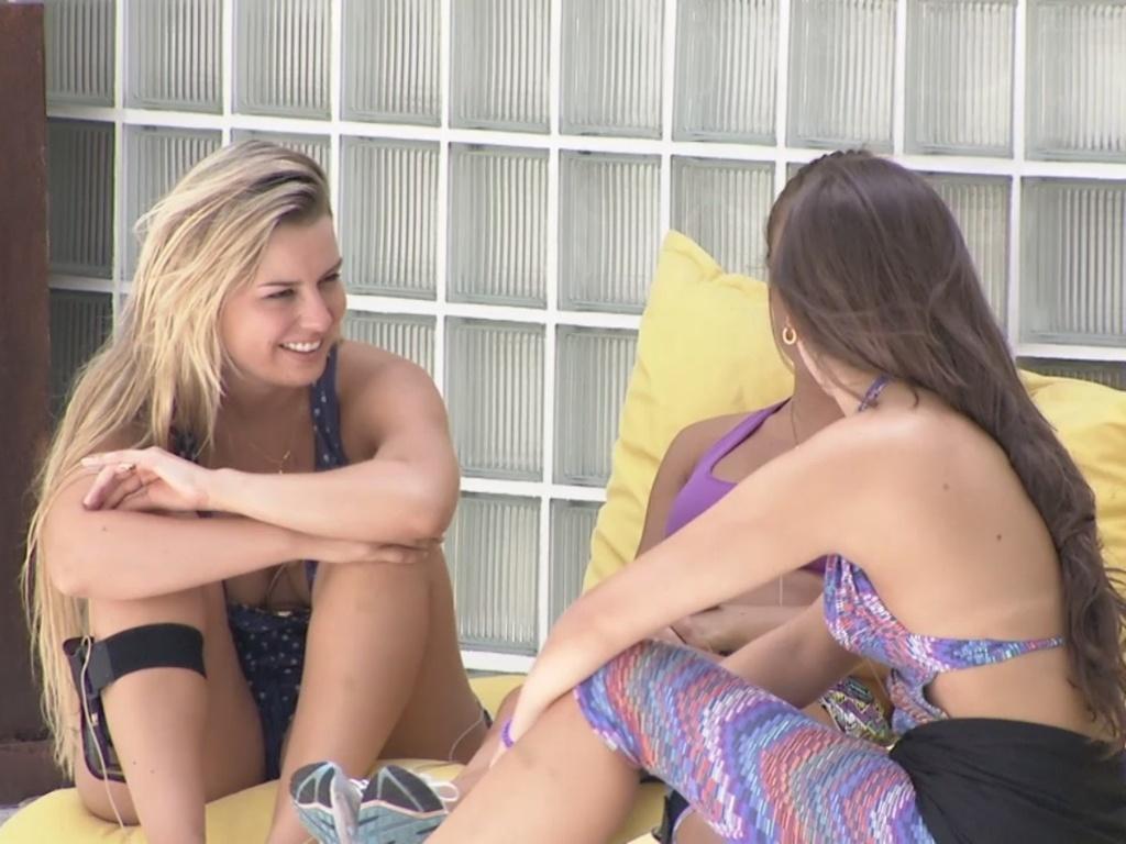 26.fev.2013 - Fernanda, Natália e Andressa conversam sobre André
