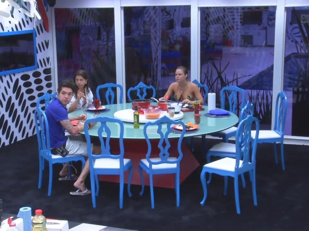 26.fev.2013 - Nasser, Andressa e Natália almoçam juntos