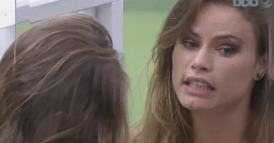 26.fev.2013 - Natália discute com Anamara e diz que prefere