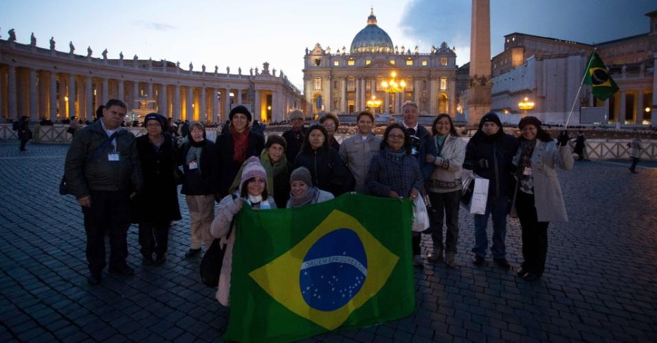 26.fev.2013 - Um grupo de brasileiros em viagem pela Europa decidiu incluir o Vaticano no roteiro para poder acompanhar o último sermão do papa Bento 16, que será realizado nesta quarta-feira (27), na Basílica de São Pedro