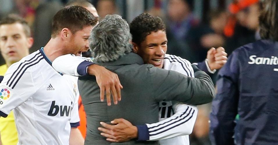 26.fev.2013- Varane abraça técnico José Mourinho após marcar o terceiro gol do Real Madrid contra o Barcelona na semifinal da Copa do Rei