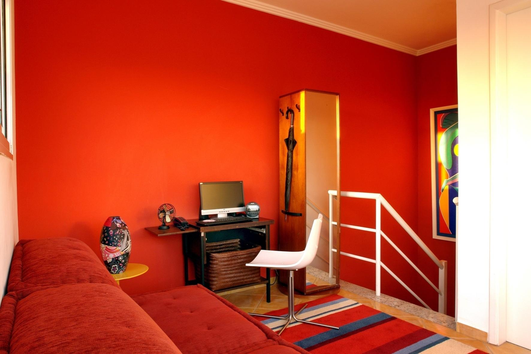 A partir do pedido do cliente, as tonalidades do vermelho foram largamente exploradas pela arquiteta Cristiane Schiavoni para a decoração do ambiente.