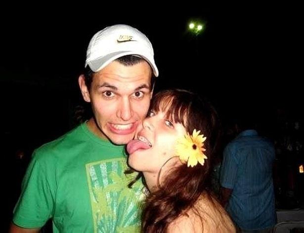 De flor no cabelo e aparelho, Andressa mostra a língua em fotro antiga com o ex-namorado