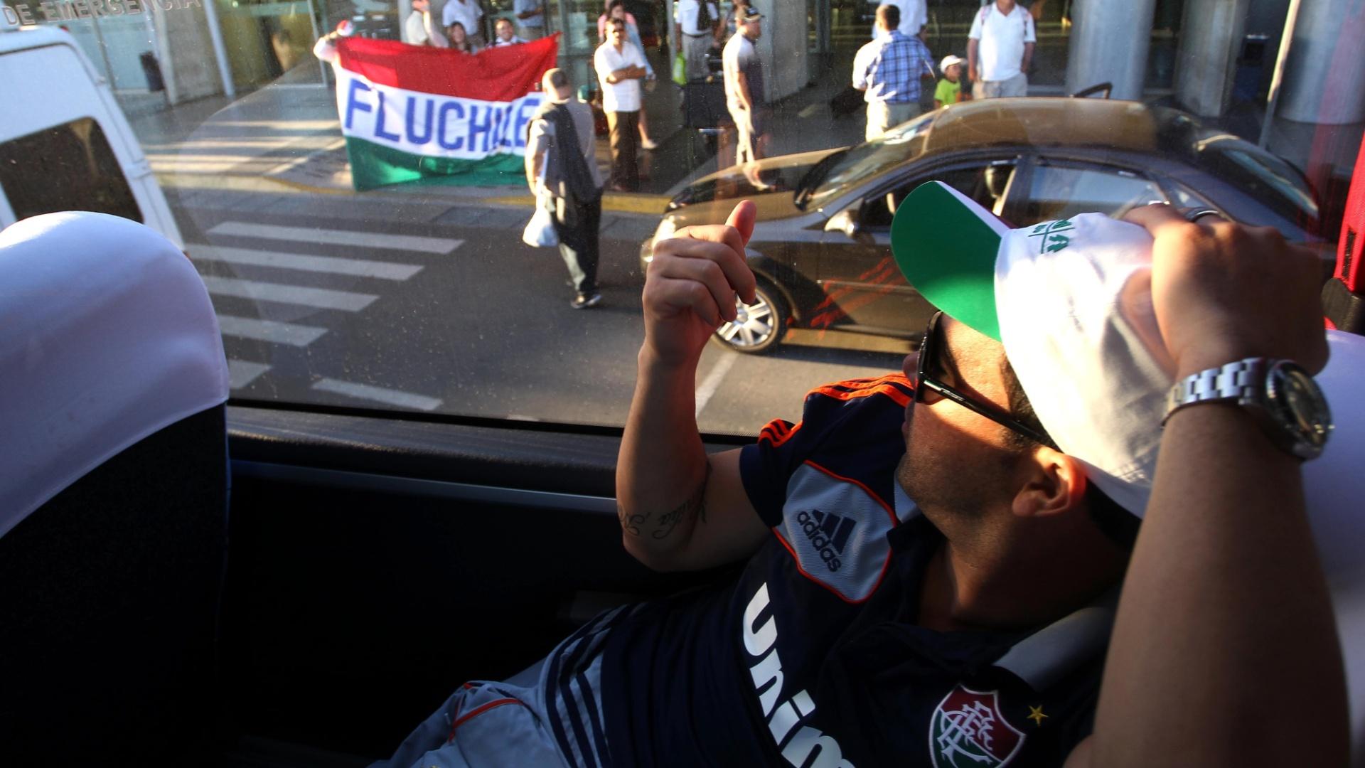 Deco acena para torcedores do Fluminense no Chile, após chegada para enfrentar o Huachipato
