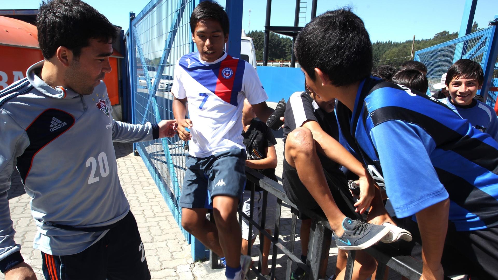 Deco é alvo de crianças chilenas antes de treinamento do Fluminense no estádio do Huachipato