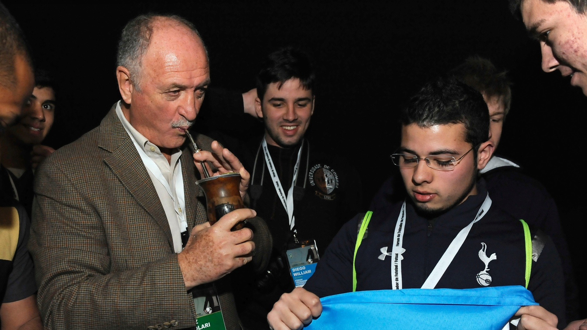 Felipão bebe chimarrão durante fórum sobre esportes em Portugal