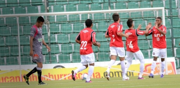 Jogadores do Atlético-PR comemoram gol em jogo-treino diante do Figueirense