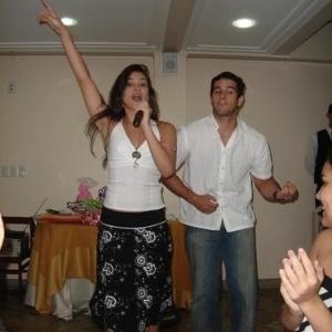 Kamilla canta com o ex-namorado, Victor, em festa de aniversário de sua mãe