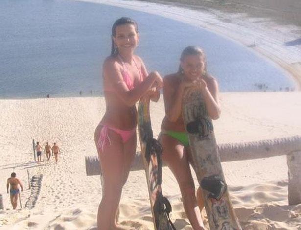 Kamilla e sua irmã, Karol, posam na praia em foto antiga