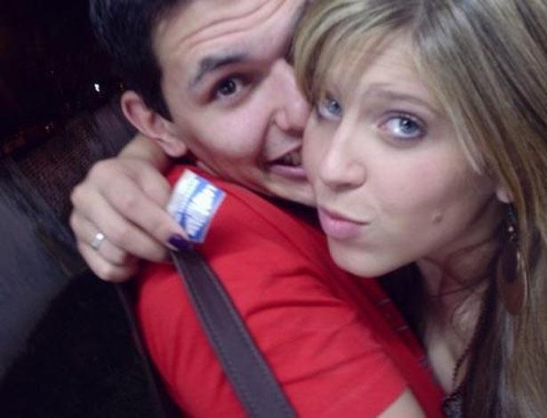 Loira e com franjinha, Andressa abraça o ex-namorado em foto antiga