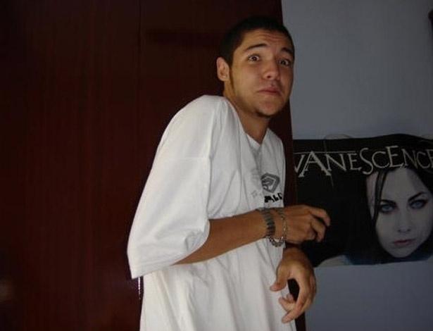 Nasser aparece ao lado de pôster da banda Evanescence em foto antiga