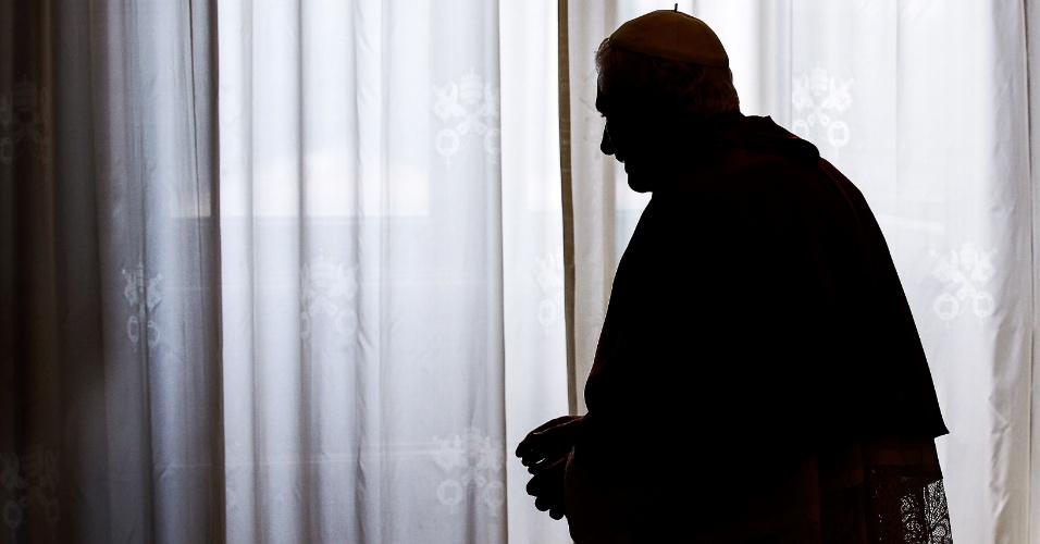 8.jun.2012 - O papa Bento 16 acompanha uma reunião no Vaticano