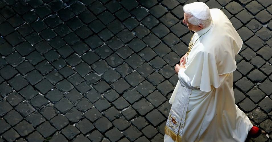 14.set.2005 - O papa Bento 16 anda pelo Vaticano, após celebrar sua audiência geral da semana