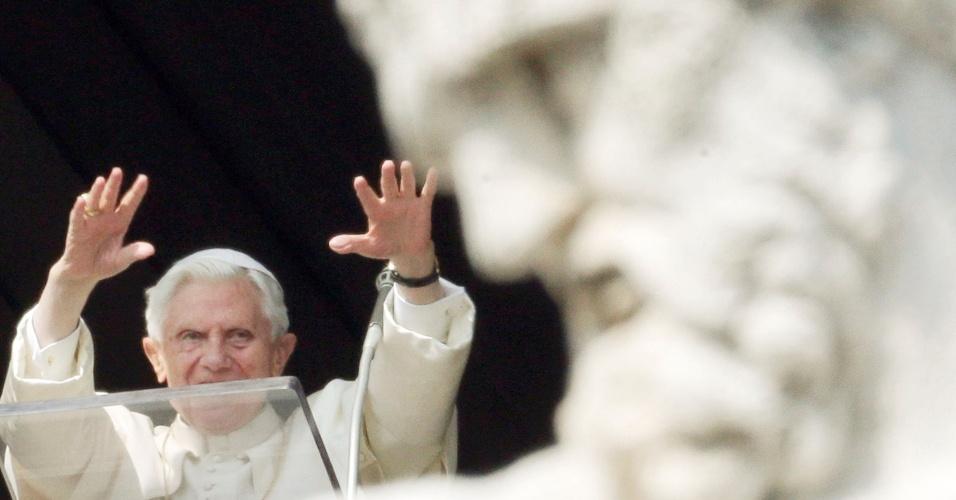 17.fev.2013 - O papa Bento 16 acena durante missa dominical na praça São Pedro, no Vaticano