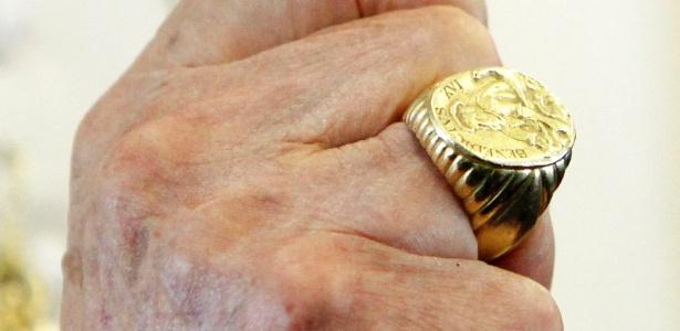 O papa emérito Bento 16 mostra o anel ainda em 2012. A joia foi entregue ao camerlengo para ser destruída