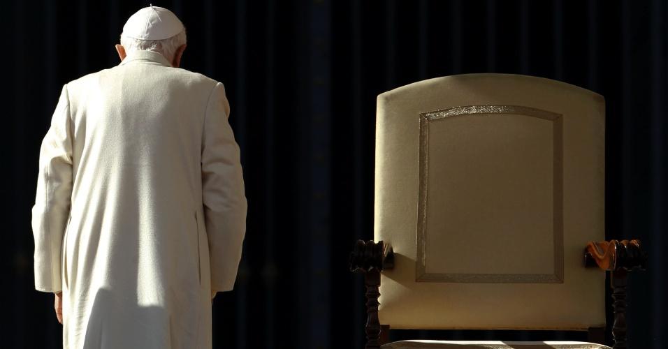 16.nov.2011 - O papa Bento 16 sai após o fim de sua audiência geral da semana, na praça São Pedro, no Vaticano