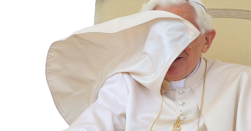 18.abr.2012 - Vento levanta a capa do papa Bento 16 durante audiência geral na praça São Pedro, no Vaticano