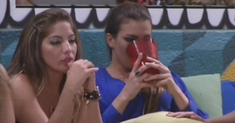 26.fev.2013 - Anamara e Kamilla refletem após eliminação de Eliéser