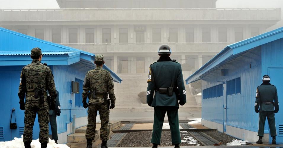 26.fev.2013 - Soldados patrulham o lado sul-coreano do vilarejo histórico de Panmunjeom, na zona desmilitarizada da fronteira entre Coreia do Sul e Coreia do Norte. O vizinho do norte realizou um teste de artilharia simulando uma guerra real, um dia após o juramento da nova presidente da Coreia do Sul
