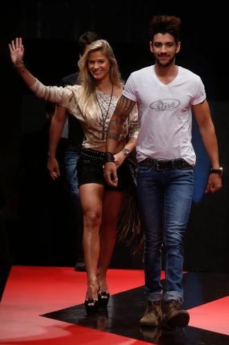 27 fev. 2013 - O cantor Gusttavo Lima e a namorada Andressa Suita aparecem ao final do desfile do Mega Polo Moda