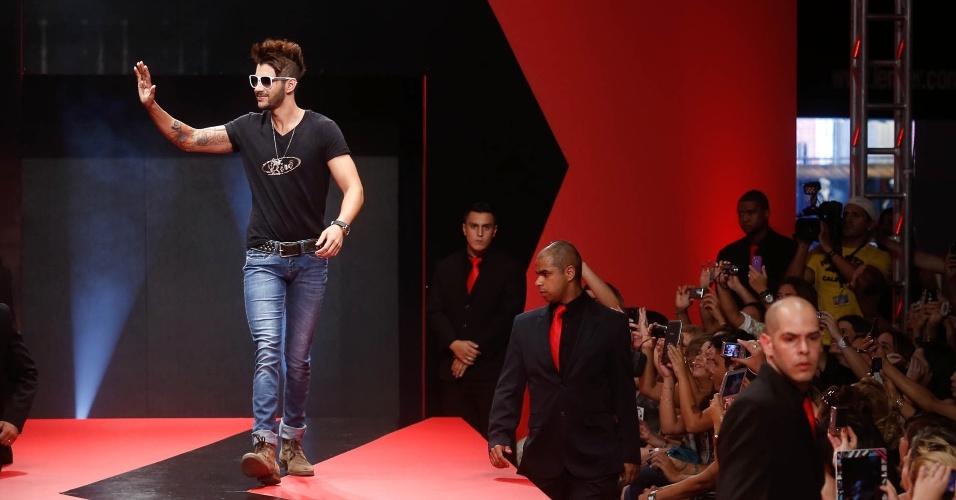 27 fev. 2013 - O cantor Gusttavo Lima foi a principal atração desta edição do Mega Polo Moda. O desfile do famoso foi acompanhado pelo olhar atento de seus seguranças para evitar que fãs exaltadas atrapalhassem a apresentação