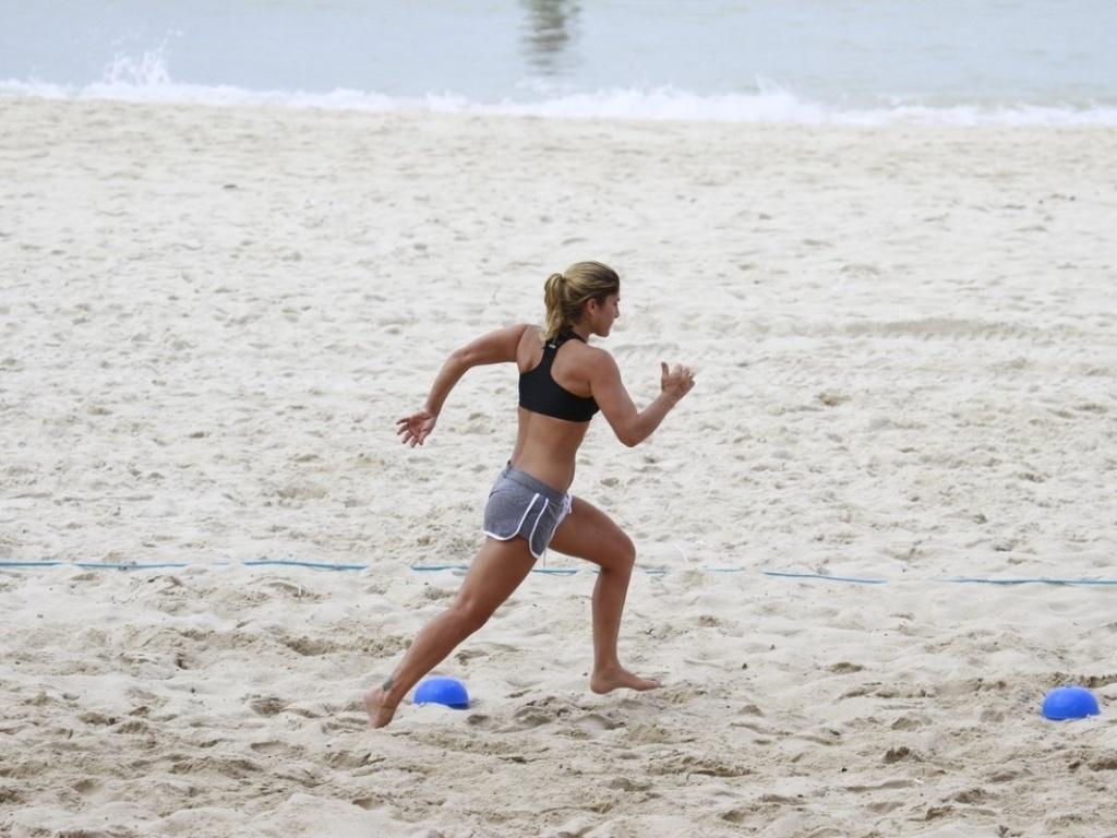 27.fev.2013 - A atriz Priscila Fantin corre durante treino aeróbico na praia da Barra, na zona oeste do Rio de Janeiro