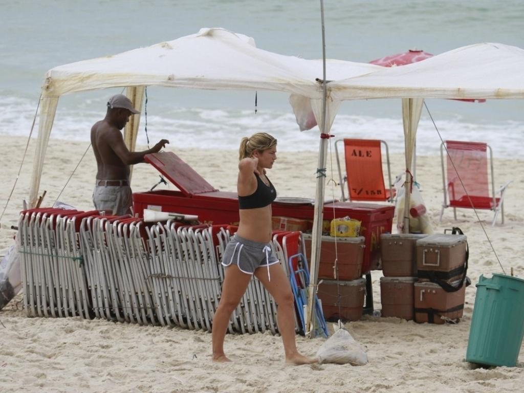 27.fev.2013 - A atriz Priscila Fantin exibe barriga sarada durante treino aeróbico na praia da Barra, na zona oeste do Rio de Janeiro