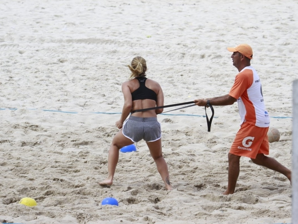 27.fev.2013 - A atriz Priscila Fantin exibe boa forma durante treino aeróbico na praia da Barra, na zona oeste do Rio de Janeiro