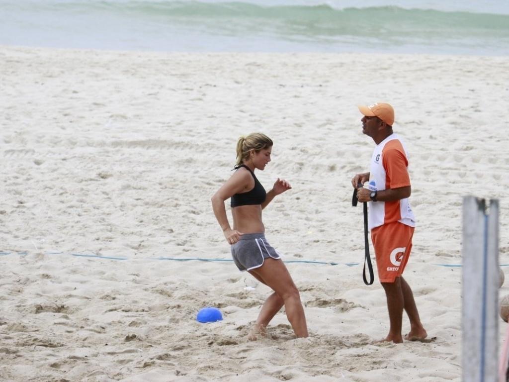 27.fev.2013 - A atriz Priscila Fantin participa de treino aeróbico na praia da Barra, na zona oeste do Rio de Janeiro