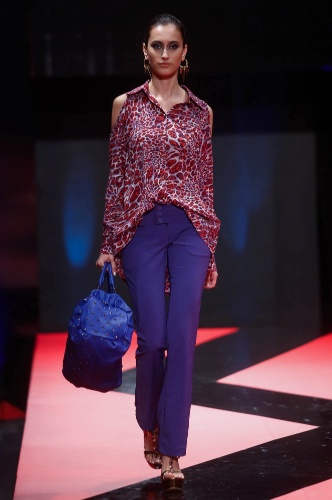 27.fev.2013 - A By and By acredita que as camisas com recorte vazado no ombro continuarão em alta no inverno e mostraram um modelo estampado usado com calça e bolsa azul royal