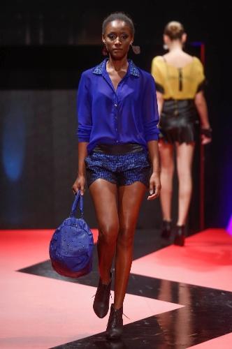 27.fev.2013 - A Cafelatte mostrou que sabe de tendências de moda e apresentou um look todo em azul royal na passarela do Mega Polo Moda, no Brás
