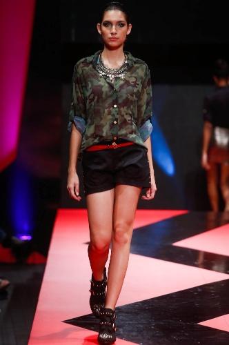 27.fev.2013 - A Cherchez apresentou no Mega Polo Moda um look jovem com camisa camuflada levemente transparente e shortinho azul marinho