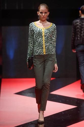 27.fev.2013 - A Cotton Colors apresentou um look comportado com cardigã estampado de oncinha