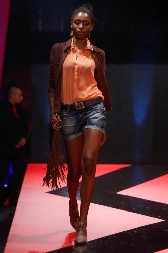 27.fev.2013 - A CVL Jeans apostou em uma cartela de cores terrosa para o look casual com shortinho jeans