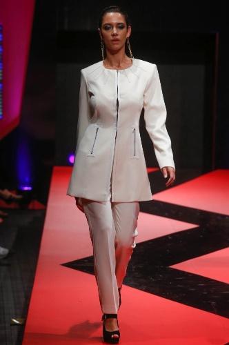 27.fev.2013 - A Ginestri/Lanesi apostou em uma modelagem diferente para o conjunto de casaco e calça