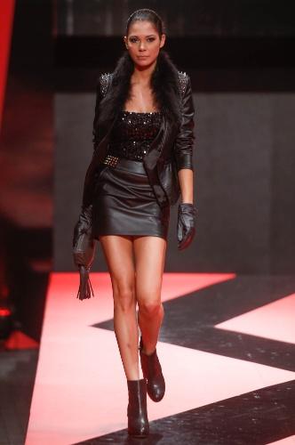 27.fev.2013 - A marca Young Age apresentou um look rock n' roll baladeiro. As peças de couro com tachinhas foram usadas com top de paetê preto