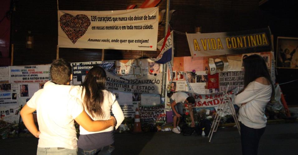 27.fev.2013 - A ONG Aqui Bate um Coração (projeto criado em São Paulo) prestou uma homenagem às vitimas do incêndio na boate Kiss, em Santa Maria (RS). Na mesma hora em que há um mês ocorreu a tragédia, por volta das duas horas da manhã, membros da ONG se reuniram em frente à boate e instalaram uma faixa com um coração formado com as fotos das 239 vitimas