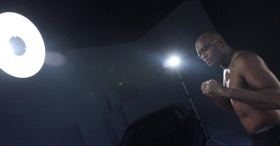27.fev.2013 - Anderson Silva lançou sua própria linha de óculos chamada Atitude MMA e posou para fotos como modelo da sua marca