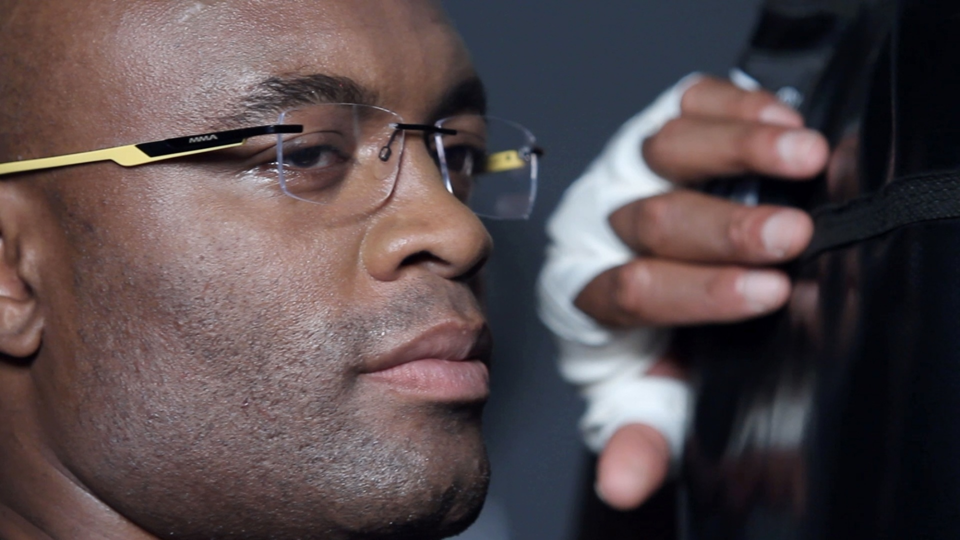 27.fev.2013 - Anderson Silva lanou sua prpria linha de culos chamada Atitude MMA e posou para fotos como modelo da sua marca