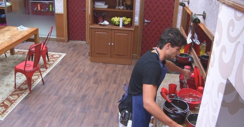 27.fev.2013 - André lava a louça do almoço da xepe