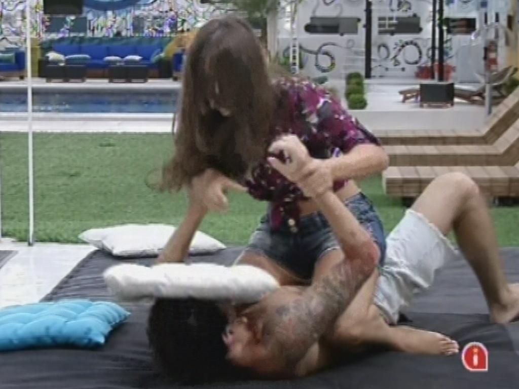 27.fev.2013 - Andressa e Nasser brincam de luta no futon da área externa da casa